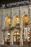 Karlovy unterscheiden sich Stadt-Opern-Theater nachts, tschechisch Stockfotografie
