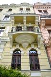 Karlovy varía la casa con el balcón fotografía de archivo