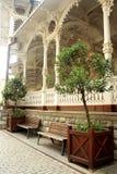 Karlovy varía, República Checa - 25 de septiembre de 2014: Un lugar del resto por la columnata de madera del mercado imagen de archivo