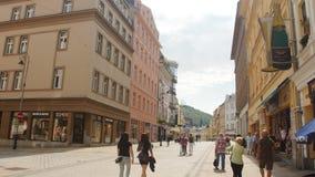 KARLOVY VARÍAN - 13 DE JUNIO: La calle de Carlsbad, República Checa el 13 de junio de 2017 en Karlovy varía metrajes