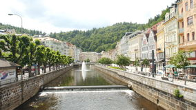 KARLOVY VARÍAN - 13 DE JUNIO: La calle de Carlsbad, República Checa el 13 de junio de 2017 en Karlovy varía almacen de metraje de vídeo