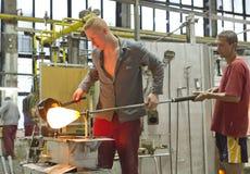 KARLOVY VARÍAN, REPÚBLICA CHECA - 14 DE SEPTIEMBRE DE 2014: Los ventiladores de cristal demuestran su arte, una atracción turísti fotografía de archivo