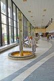 Karlovy variërt, Tsjechische Republiek Mening van galerij van van minerale bron` Geyzernaya colonnade ` Royalty-vrije Stock Fotografie