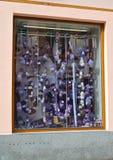Karlovy variërt, Tsjechische Republiek Strengen van garens op een show-venster van herenmodezaak royalty-vrije stock afbeeldingen