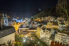 Karlovy varia a cidade da noite Imagem de Stock