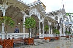 Karlovy varia, la Repubblica ceca Una colonnato di legno del mercato nel giorno piovoso Immagine Stock