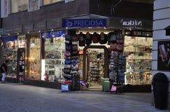 Karlovy-varieer, 28 Augustus: Crystal Shop-de ingang bij schemer in Karlovy varieert in Tsjechische Republiek Stock Fotografie