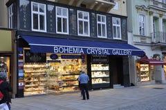 Karlovy-varieer, 28 Augustus: Crystal Shop-de ingang bij schemer in Karlovy varieert in Tsjechische Republiek Royalty-vrije Stock Afbeelding