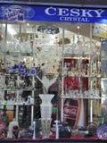 Karlovy-varieer, 28 Augustus: Crystal Shop-het venster bij schemer in Karlovy varieert in Tsjechische Republiek Royalty-vrije Stock Foto's