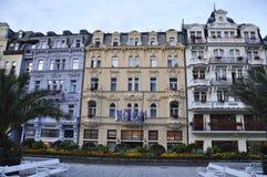 Karlovy-varieer, 28 Augustus: De mening van de hotelsvoorgevel bij schemer in Karlovy varieert in Tsjechische Republiek Royalty-vrije Stock Afbeelding