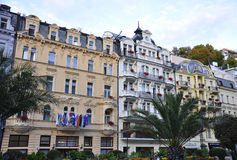 Karlovy-varieer, 28 Augustus: De rij van Hotels bij schemer in Karlovy varieert in Tsjechische Republiek Stock Foto