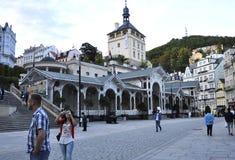 Karlovy-varieer, 28 Augustus: De straatmening bij schemer in Karlovy varieert in Tsjechische Republiek Royalty-vrije Stock Afbeelding