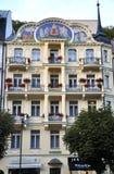 Karlovy-varieer, 28 Augustus: Het hotel Fatade bij schemer in Karlovy varieert in Tsjechische Republiek Royalty-vrije Stock Foto's