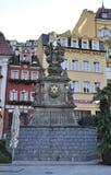 Karlovy-varieer, 28 Augustus: Het monument in de avond de stad in in Karlovy varieert in Tsjechische Republiek Royalty-vrije Stock Afbeeldingen