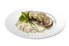 Karlovy varieert broodje Een traditionele schotel van Tsjechische keuken Het rundvleesbroodje vulde met bacon, ham, roereieren en stock foto's
