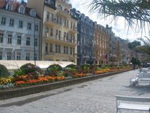 Karlovy varieert oude stad met bloemen royalty-vrije stock afbeeldingen