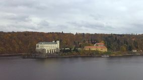 Karlovy varieert in Tsjechische Republiek - luchtnad Vltavou van viewCastleorlik in Tsjechische Republiek - luchtmening stock video