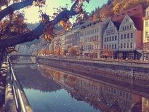 Karlovy varieert, Tsjechische Republiek - Oktober 15, 2017, een mooie zonnige dag, gekleurde huizen en een rivier Stock Fotografie