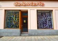 Karlovy varient, République Tchèque Exposition-fenêtre et signe de boutique de Galanterie ` Tchèque de mercerie de ` des textes Image stock
