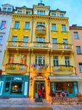 Karlovy varierar, den Cszech republiken - Januari 01, 2018: Byggnadsfasader i Karlovy varierar, Tjeckien Royaltyfri Foto