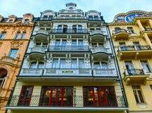 Karlovy varierar, den Cszech republiken - Januari 01, 2018: Byggnadsfasader i Karlovy varierar, Tjeckien Royaltyfria Foton