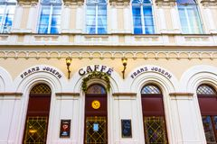 Karlovy varierar, den Cszech republiken - Januari 01, 2018: Fasaden av det gamla huset i mitten Arkivbild