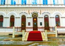 Karlovy varierar, den Cszech republiken - Januari 01, 2018: Fasaden av det gamla huset i mitten Arkivbilder