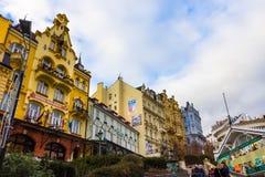 Karlovy varierar, den Cszech republiken - Januari 01, 2018: Fasaderna av gamla hus i mitten Arkivfoto