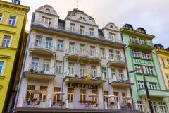 Karlovy varierar, den Cszech republiken - Januari 01, 2018: Fasaderna av gamla hus i mitten Arkivfoton