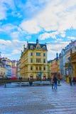 Karlovy varierar, den Cszech republiken - Januari 01, 2018: Fasaderna av gamla hus i mitten Royaltyfria Foton