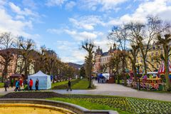 Karlovy varierar, den Cszech republiken - Januari 01, 2018: Fasaderna av gamla hus i mitten Royaltyfri Fotografi