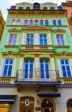 Karlovy varierar, den Cszech republiken - Januari 01, 2018: Fasaderna av gamla hus i mitten Fotografering för Bildbyråer