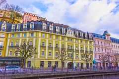 Karlovy varierar, den Cszech republiken - Januari 01, 2018: Fasaderna av gamla hus i mitten Arkivbild
