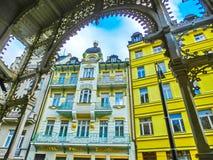 Karlovy varierar, den Cszech republiken - Januari 01, 2018: Fasaderna av gamla hus i mitten Royaltyfri Bild