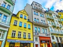 Karlovy varierar, den Cszech republiken - Januari 01, 2018: Fasaderna av gamla hus i mitten Royaltyfri Foto