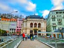 Karlovy varierar, den Cszech republiken - Januari 01, 2018: Folket som går på mitten med fasader av gamla hus Royaltyfria Foton
