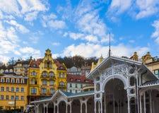 Karlovy varierar, den Cszech republiken - Januari 01, 2018: Den Hot Springs kolonnaden i Karlovy varierar Royaltyfria Bilder