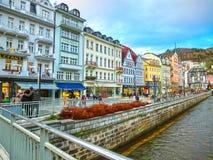 Karlovy varierar, den Cszech republiken - Januari 01, 2018: Invallningen av den Tepla floden i mitten Arkivfoto