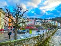 Karlovy varierar, den Cszech republiken - Januari 01, 2018: Invallningen av den Tepla floden i mitten Royaltyfri Bild