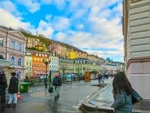 Karlovy varierar, den Cszech republiken - Januari 01, 2018: Invallningen av den Tepla floden i mitten Arkivfoton