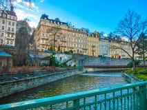 Karlovy varierar, den Cszech republiken - Januari 01, 2018: Invallningen av den Tepla floden i mitten Royaltyfri Fotografi