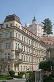 KARLOVY VARIERAR, TJECKIEN - APRIL 20, 2010: Byggnader i Karlovy varierar eller Carlsbad som är en brunnsortstad som placeras i v Royaltyfri Fotografi