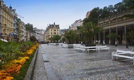 KARLOVY VARIERAR, TJECKIEN - SEPTEMBER 14, 2014: turister på små gator av den gamla staden på September 14, 2014 i Karlovy varier Arkivfoto