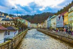 Karlovy Vary, République de Cszech - 1er janvier 2018 : Le remblai de la rivière de Tepla au centre Photo stock