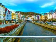Karlovy Vary, République de Cszech - 1er janvier 2018 : Le remblai de la rivière de Tepla au centre Photos libres de droits