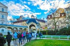 Karlovy Vary, République de Cszech - 1er janvier 2018 : Les personnes s'attaquant au centre avec des façades de vieilles maisons Photo stock