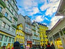 Karlovy Vary, République de Cszech - 1er janvier 2018 : Les personnes s'attaquant au centre avec des façades de vieilles maisons Image libre de droits