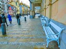 Karlovy Vary, République de Cszech - 1er janvier 2018 : Les personnes s'attaquant au centre avec des façades de vieilles maisons Image stock