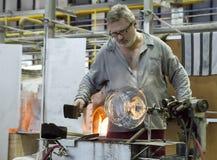 KARLOVY VARY, RÉPUBLIQUE TCHÈQUE - 14 SEPTEMBRE 2014 : Les ventilateurs en verre démontrent leur métier, une attraction touristiq Images stock