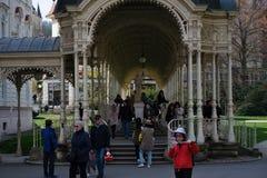 Karlovy Vary, repubblica Ceca - 11 aprile 2019: Colonnato di kolonada di Sadova nel centro della citt? della molla fotografia stock